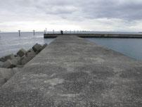 岬漁港 宇部空港側の波止の写真