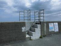 椎田干拓地海岸 道路沿いの階段の写真