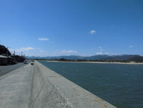 沓尾漁港 河口沿いの護岸の写真