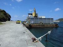 椿東 中小畑の護岸 台船の写真