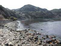 三見明石浄化センター前 左側の岩場の写真
