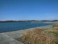 高泊漁港 下流側の護岸 の写真