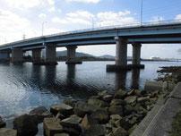 若松運河 埋立地側・橋桁の写真