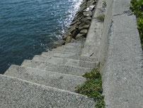 苅田赤灯台 波止手前の階段