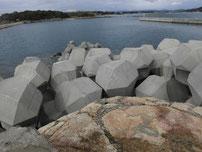 丸尾漁港 右側の波止 先端付近の写真