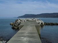 川尻漁港 河口沿いの波止の写真
