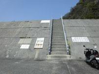 三見漁港 大波止の階段の写真