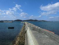 花香漁港 右側の波止の写真