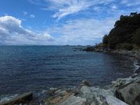 吉見 古宿町の波止 右側 岩場の写真