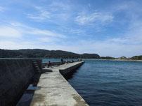 大浦漁港 左側の波止の写真