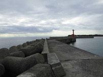 床波漁港 左側の波止 の写真