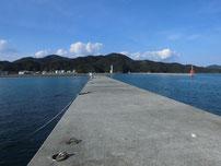 仙崎漁港 左側 先端の波止 の写真