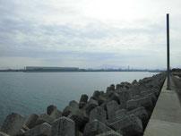 吉富漁港 河口沿いの護岸 の写真