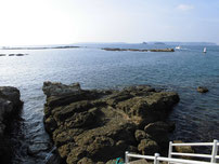 特牛漁港 赤灯台波止・外側の写真