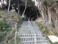 本山岬 海岸へ降りる階段の写真