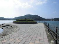 阿川海水浴場 右側の波止の写真