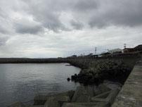 岬漁港 右側の岸壁の写真