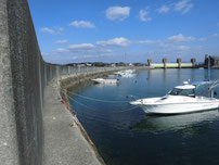 阿知須漁港 上流側の波止の写真