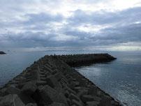 床波漁港 沢波川 河口の波止 の写真