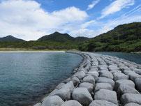 吉母海水浴場の左側の波止の写真