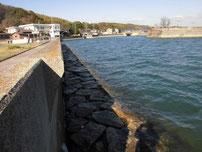 ②厚狭港 護岸捨て石の写真