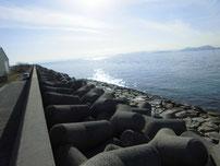 刈屋漁港 漁港横の護岸 の写真2