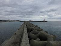 床波漁港 右側の波止の写真
