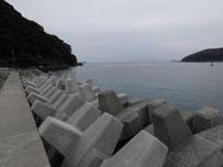 小田漁港 左側の波止 の写真