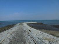 浜の宮海岸 左側の波止の写真