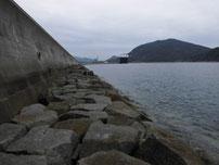 中関ふ頭 石積の護岸の写真