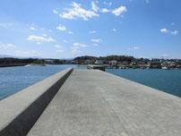 稲童漁港 港内側の波止の写真