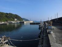 矢玉漁港 河口の右側の写真
