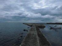 床波漁港 右側・石積みの波止の写真