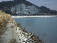 井ノ浦 導流提 左側の護岸の写真