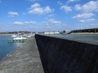 阿知須漁港 下流側の波止の写真