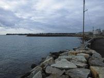 床波漁港 右側の波止の横の写真