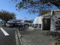 ノーフォーク広場 トイレと駐車場の写真