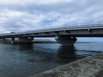 綾羅木川河口部 橋げたの写真