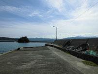 久原漁港 港内の波止の写真