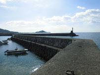 秋穂漁港 右側の波止の写真