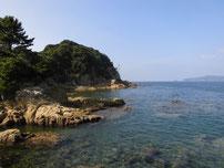 阿川漁港 沖側の波止・横の岩場の写真