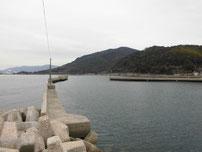 小田漁港 左側の波止 先端付近の写真