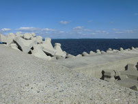新門司港 赤灯台の波止 付け根付近 の写真