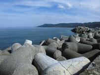 川尻漁港 左側の波止 テトラポットの写真