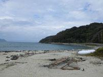 吉母 御崎手前の砂浜の右側岩場