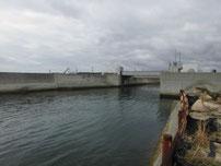 床波漁港 沢波川 水門 の写真