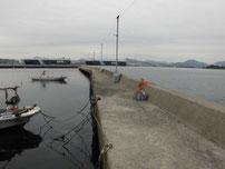 小田漁港 右側の波止 の写真