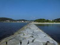 島戸漁港 石積みの波止の写真