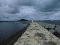 丸尾漁港 右側の波止 の写真