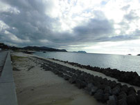 小串漁港と川棚漁港の間の砂浜